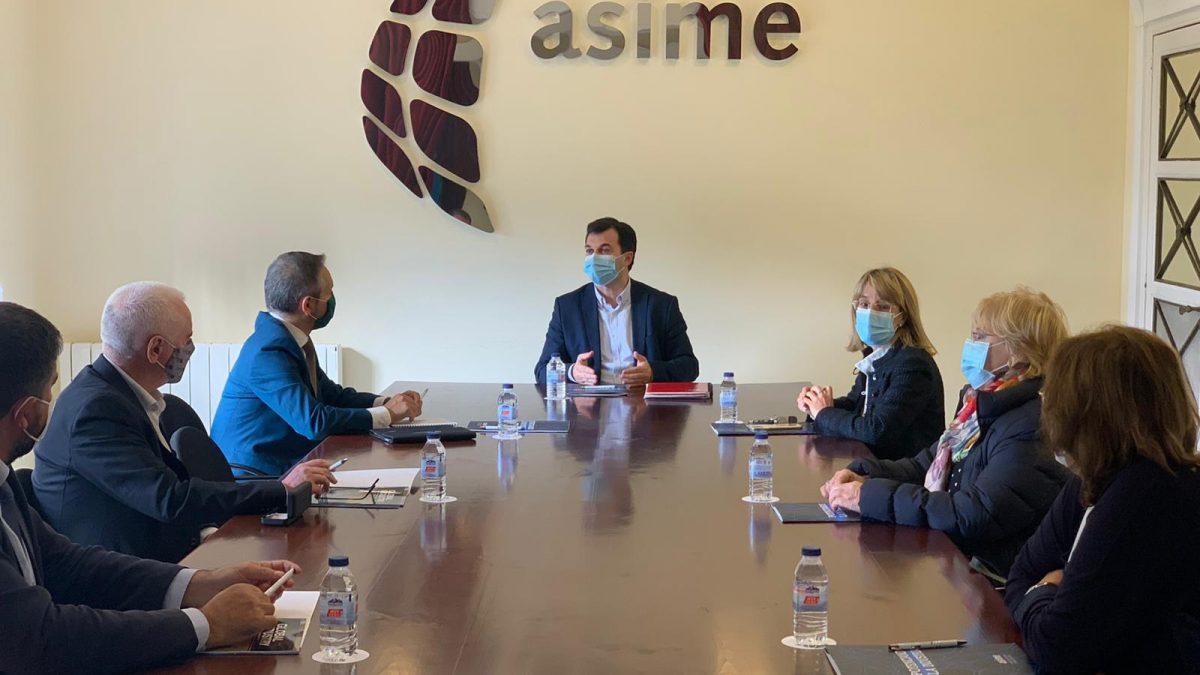 Gonzalo Caballero durante a súa visita a ASIME
