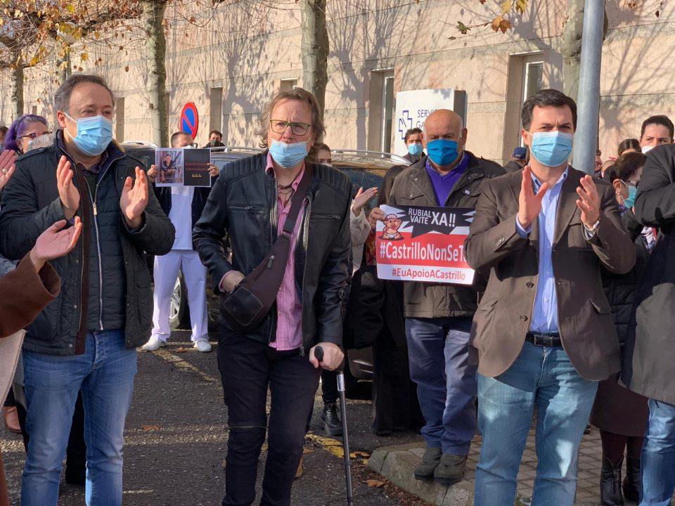 Gonzalo Caballero co doutor Javier Castrillo, na mobilización de hoxe diante do Hospital de Verín