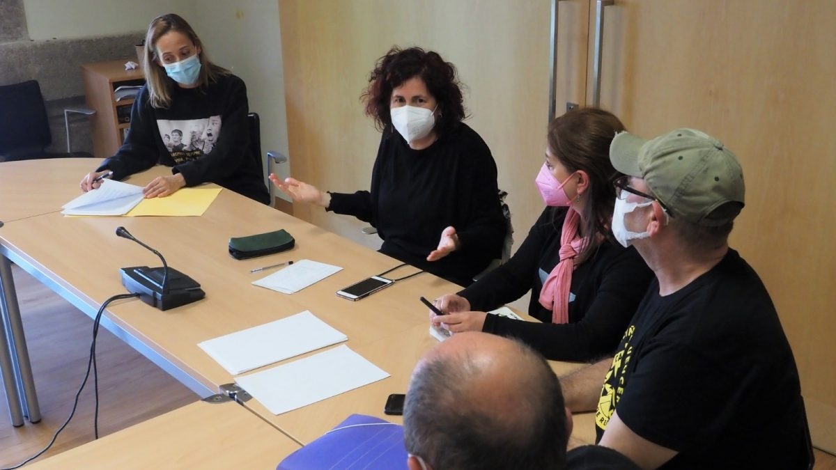 Noa Díaz nunha xuntanza coa plataforma 'Casalonga limpa de residuos'